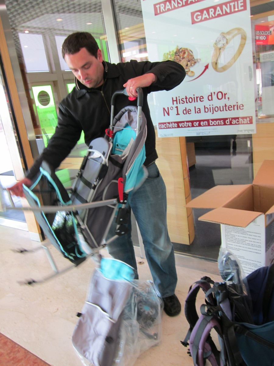assembling the pushchair at les ulis centre commercial