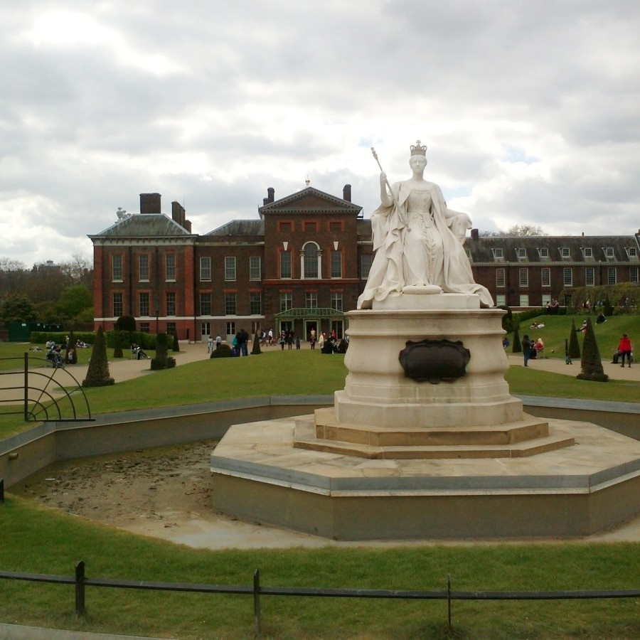 Victoria statue at Kensington Palace