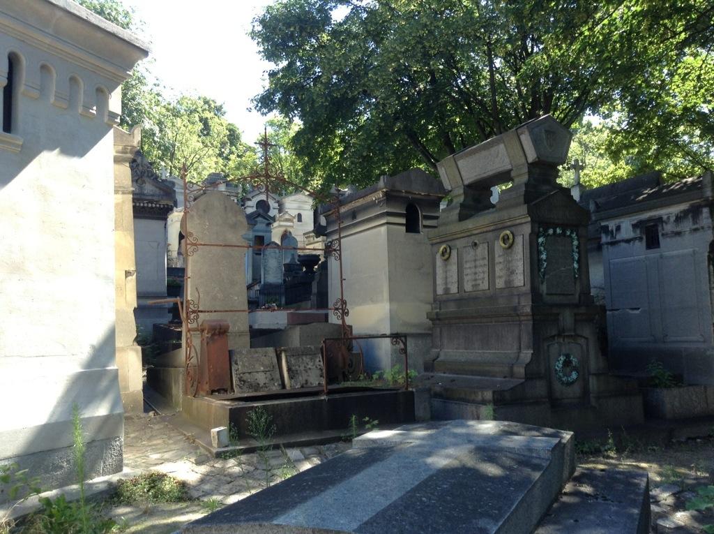 grave with crank - Pere-Lachaise cemetary, Paris