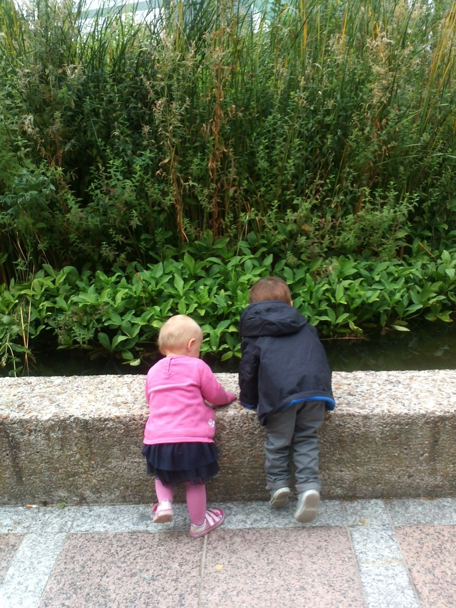 Louis and Elena watching fish
