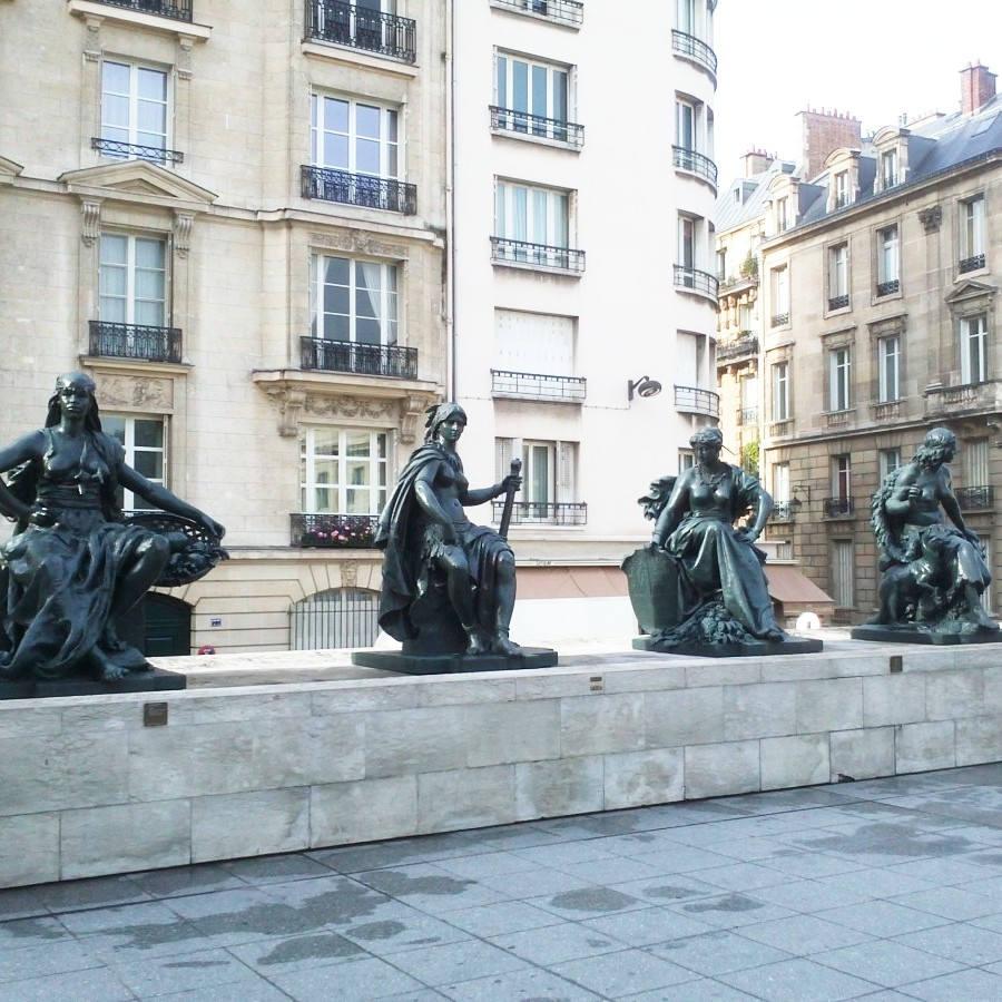 women statues outside musee d'orsay